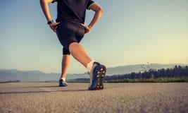 Rozgrzewkowy up biegacz na drogowym zakończeniu w górę wizerunku Zdjęcie Stock