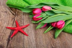 Rozgwiazda i tulipany na drewnianym stole Obrazy Stock