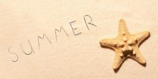 Rozgwiazda na piasku i lata literowanie rysujący na piasku Obraz Royalty Free