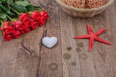 Rozgwiazda, serce i czerwone róże na drewnianym tle, Fotografia Royalty Free