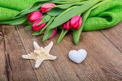 Rozgwiazda, serce i tulipany na drewnianym stole, Zdjęcia Royalty Free