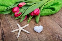 Rozgwiazda, serce i tulipany na drewnianym stole, Zdjęcia Stock