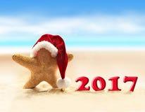 Rozgwiazda w Santa kapeluszu i Szczęśliwych nowych 2017 rok Zdjęcia Stock