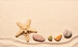 Rozgwiazdy i morza kamienie na piasku tła piłki plaży piękna pusta lato siatkówka Zdjęcia Stock