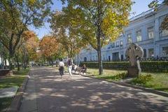 Rozhdestvensky-Boulevard im Fall mit Anbetungskreuz im memor Stockfotografie