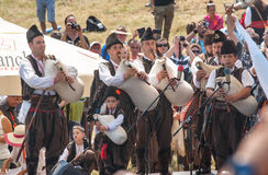在保加利亚用管道输送在阶段节日Rozhen的带 免版税库存图片