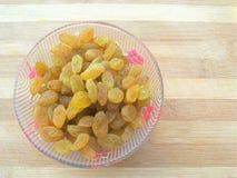 Rozijnen in kom Stock Foto's