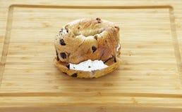 Rozijnenongezuurd broodje met Roomkaas royalty-vrije stock afbeelding