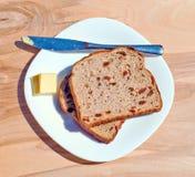 Rozijnentoost en boter Stock Foto's