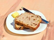 Rozijnentoost en boter Stock Fotografie