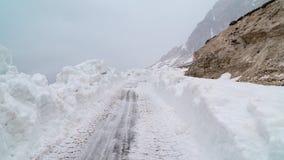 Rozjaśniać drogę od śniegu w górach Zła pogoda w górach miecielica obraz royalty free