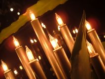 Rozjarzeni Bożenarodzeniowi świeczek światła ćmią tło trybowego świątecznego sezon wakacyjnego Obrazy Stock