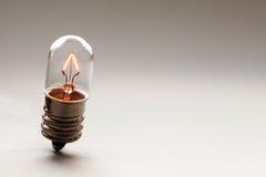 Rozjarzona żarówka, Retro stylowy drucik lampy makro- widok Grże koloru gradientu tło miękkie ogniska, kosmos kopii obraz stock