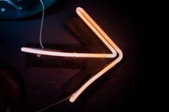 Rozjarzona neonowa strzała na czerni ścianie Olśniewającego skutka seansu dobra szyldowy sposób Obrazy Stock