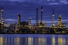 Rozjarzona Rafineria Ropy Naftowej Zdjęcia Stock