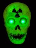 rozjarzona zielona promieniotwórcza czaszka ilustracji