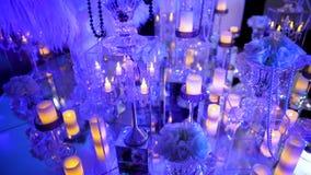 Rozjarzone świeczki, wystrój w restauraci Cukierniany wnętrze dekorujący z dużymi szklanymi świeczkami zbiory wideo