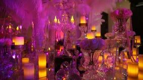 Rozjarzone świeczki, wystrój w restauraci Cukierniany wnętrze dekorujący z dużymi szklanymi świeczkami zbiory