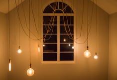 Rozjarzone żarówki w pokoju, wewnętrzny pokój z okno zdjęcie royalty free
