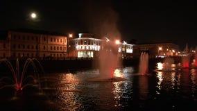 Rozjarzone fontanny w rzece i lampiony na bridżowym tle w Moskwa przy nocą zbiory wideo