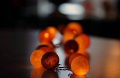 Rozjarzone piłki na stole Zdjęcia Royalty Free