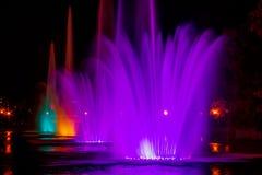 Rozjarzone stubarwne iluminacji fontanny w Dalekowshodnim mieście Khabarovsk obraz stock