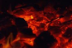 Rozjarzony Gorący węgiel drzewny Brykietuje zakończenia tła teksturę ognisko Zdjęcie Royalty Free