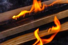 Rozjarzony Gorący węgiel drzewny Brykietuje zakończenia tła teksturę ognisko Obrazy Stock