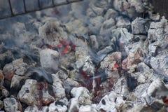 Rozjarzony gorący węgiel gotowy dla gotować, w górę, tło tekstura fotografia stock