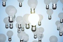 Rozjarzony lightbulb wśród innych Fotografia Royalty Free