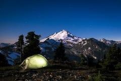 Rozjarzony namiot przy nocą pod góra piekarzem, stan washington Zdjęcia Stock