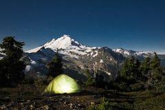 Rozjarzony namiot przy nocą pod góra piekarzem, stan washington Obrazy Royalty Free