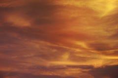 ROZJARZONY POMARAŃCZOWY półmroku niebo Ognisty pomarańczowy zmierzchu niebo Piękny niebo , Dubaj, UAE-21 LIPIEC 2017 Zdjęcie Royalty Free