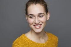 Rozjarzony szczęścia pojęcie dla uśmiechać się 20s dziewczyny Obrazy Royalty Free