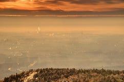 Rozjarzony wschód słońca nad Budapest przemysłowym i obszarami zamieszkałymi zdjęcia stock