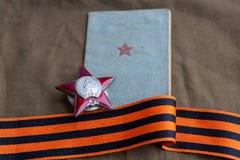 Rozkaz Red Star, soldier's książki i St George Tasiemkowy kłamstwo na brezencie, Zakończenie 9 mogą obraz stock
