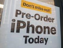 Rozkazu Iphone dzisiaj baner przy elektronika sklepu okno zdjęcie stock