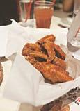 Rozkazuje kurczaków skrzydła Dla gościa restauracji Zdjęcie Royalty Free