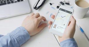 Rozkazuje taxi przejażdżka używać smartphone zastosowanie zdjęcie wideo