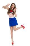 Rozkrzyczany Szczęśliwy moda model Stoi Na Jeden nodze Zdjęcie Royalty Free