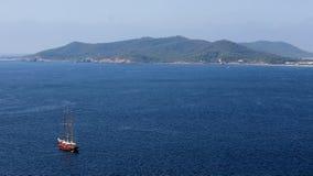 Rozległy błękitny morze śródziemnomorskie blisko portu miasto Ibiza i mały żaglówki żeglowanie obraz stock
