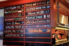 Rozległy menu spisuje przyprawionych rzemioseł piwa, San Diego, Kalifornia, 2016 Zdjęcia Stock