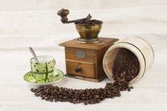 Rozlewać kawowe fasole, kawowy kubek Fotografia Stock
