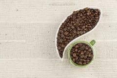 Rozlewać kawowe fasole, kawowy kubek Obraz Royalty Free