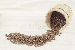 Rozlewać kawowe fasole, kawowy kubek Fotografia Royalty Free