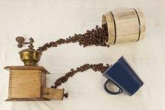 Rozlewać kawowe fasole, kawowy kubek Zdjęcie Royalty Free