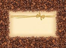 Rozlewająca kawowych fasoli rama nad burlap tkaniną z powitaniem Obrazy Royalty Free