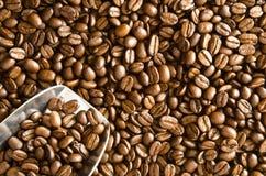 rozlewająca kawowa fasoli miarka Fotografia Royalty Free