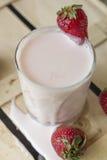 Rozlewający jogurt Fotografia Stock