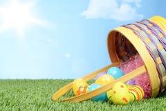 Rozlewający kosz Easter jajka w trawie Fotografia Stock